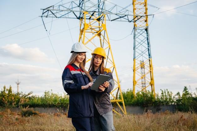 O coletivo de mulheres que trabalham com energia conduz uma inspeção de equipamentos e linhas de força. energia.