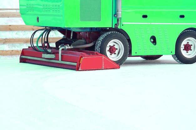 O coletor de gelo de máquina especial limpa a pista de gelo. maquinário para a indústria industrial