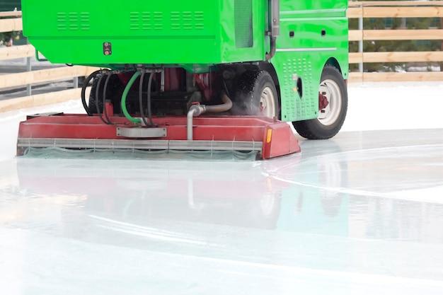 O coletor de gelo de máquina especial limpa a pista de gelo. veículos motorizados para a indústria