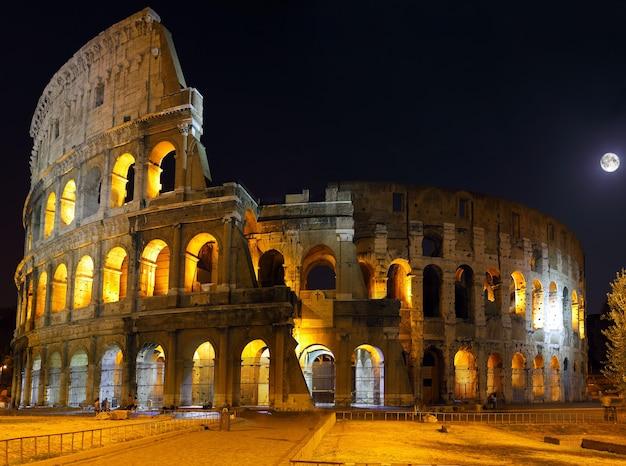 O coliseu, o marco mundialmente famoso em roma. visão noturna .panorama
