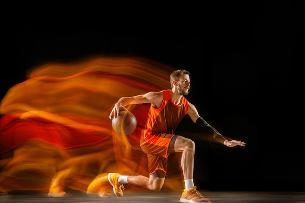 O cometa. jovem jogador de basquete caucasiano do time vermelho em ação