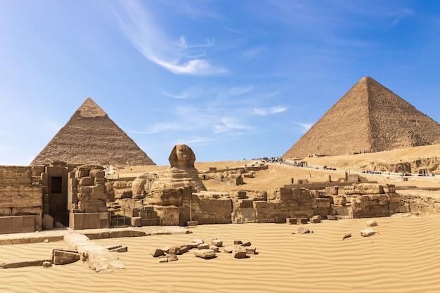 O complexo das grandes pirâmides de gizé: a esfinge, a pirâmide de chephren, o templo e a pirâmide de quéops, egito.