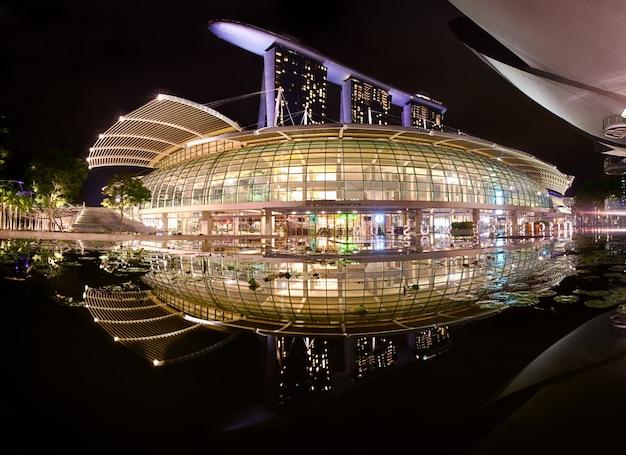 O complexo de marina bay sands com reflexão, singapura