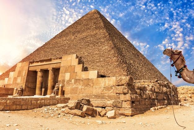 O complexo do templo de gizé e a pirâmide de quéops, egito.