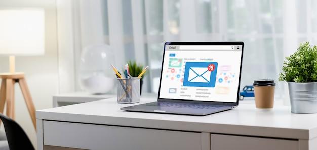 O computador na mesa de um escritório moderno