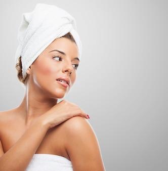 O conceito da beleza. mulher na toalha olhando para longe.