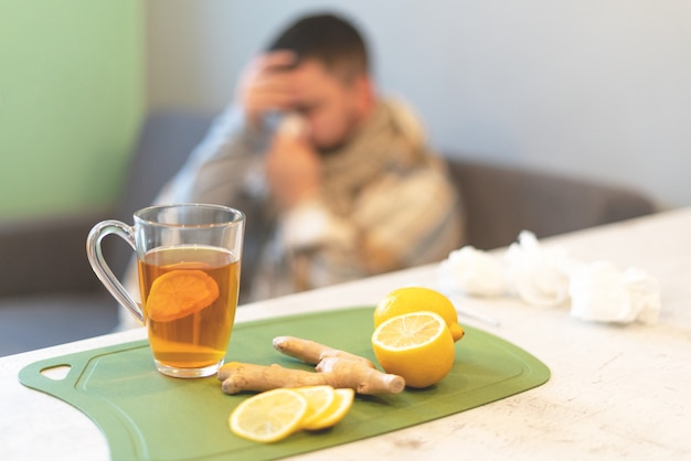 O conceito da doença, inverno. chá preto, limão e gengibre em cima da mesa. epidemia, licença médica, temperatura, estresse