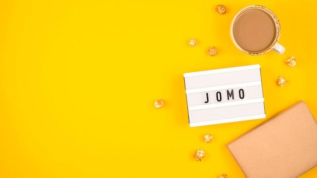 O conceito de alegria de perder está escrito em uma mesa amarela brilhante.