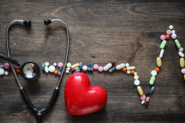 O conceito de atendimento médico para doenças cardíacas ritmo cardíaco no gráfico de comprimidos