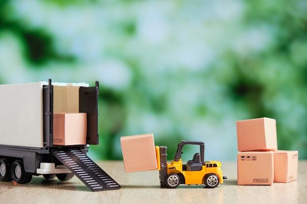 O conceito de carregar um caminhão com mercadorias em um contêiner com uma empilhadeira