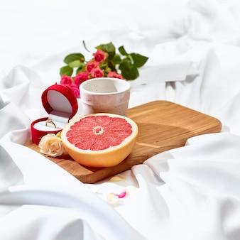 O conceito de carta de amor na mesa com café da manhã