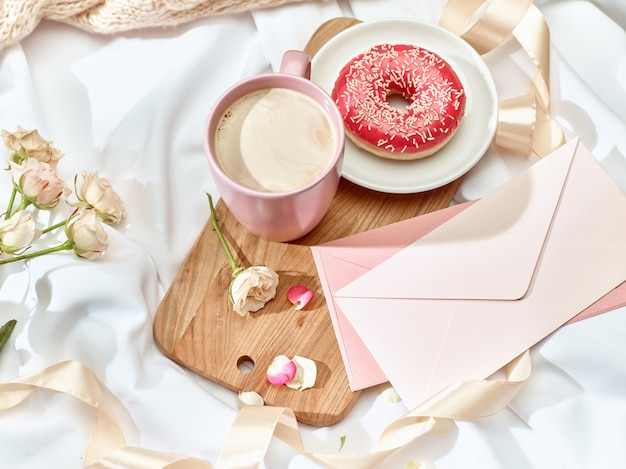 O conceito de carta de amor na mesa com envelope