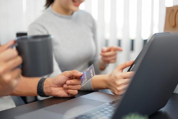 O conceito de compras online é um casal que escolhe produtos recomendados com promoções atraentes mostradas na loja online em um dispositivo tablet.