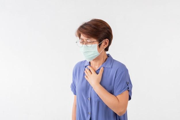 O conceito de coronavírus 2019 é que as mulheres asiáticas têm secreção nasal, tosse, espirros e febre.há uma máscara cobrindo a boca e o nariz para evitar a epidemia.