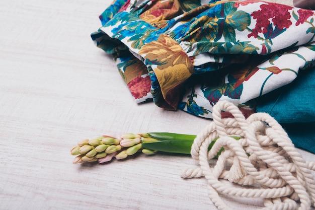 O conceito de costura, roupas para mulheres estilo casual, moda. roupas, corda e flor