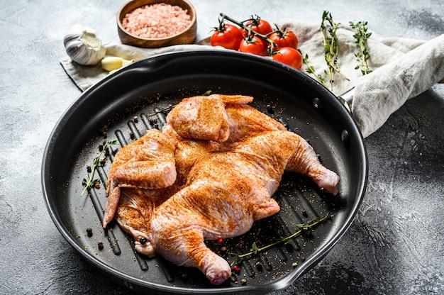 O conceito de cozinhar uma galinha de tabaco. fundo cinza. vista do topo