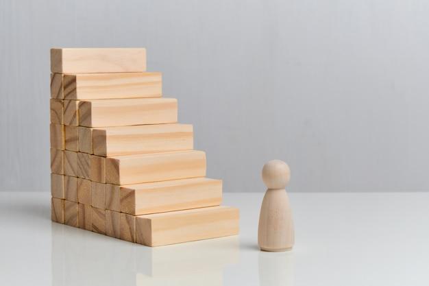 O conceito de crescimento pessoal nos negócios. blocos de madeira em um espaço em branco.