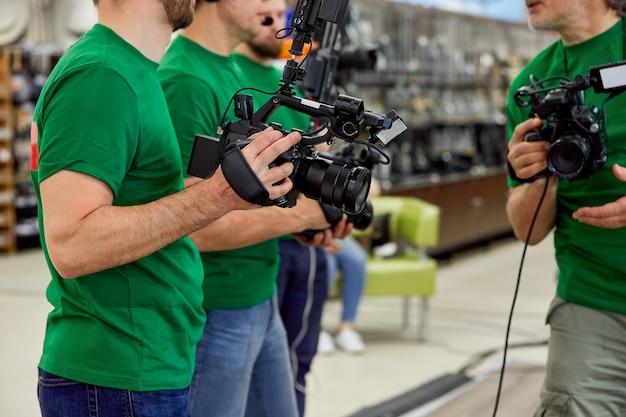 O conceito de criação de conteúdo de vídeo, um grupo de operadores profissionais confere sobre os planos de filmagem
