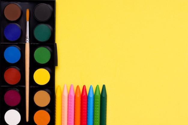 O conceito de criatividade, desenho. tintas e lápis de cor.