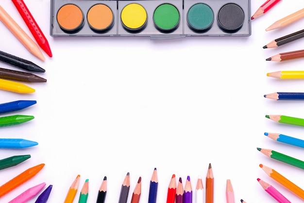 O conceito de criatividade infantil, desenho. tintas, giz de cera e lápis.