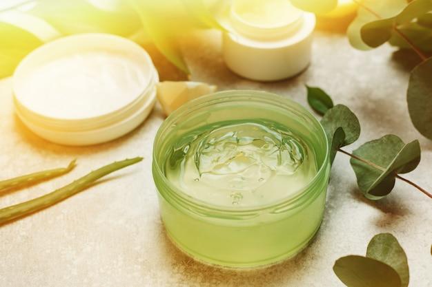 O conceito de cuidados com a pele, amor pelo seu corpo, ingredientes naturais. cosméticos naturais de suco de aloe vera, folhas frescas de aloe