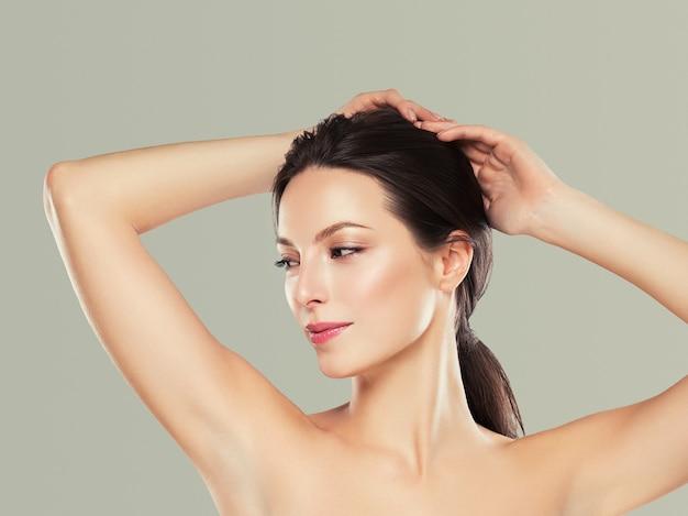 O conceito de depilação de mulher de axila entrega a pele limpa. tiro do estúdio.