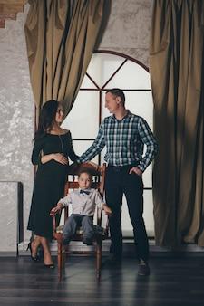 O conceito de descanso diário, relaxamento, consideração-família repousa sentado em uma cadeira. expressão calma do rosto das pessoas, postura relaxada