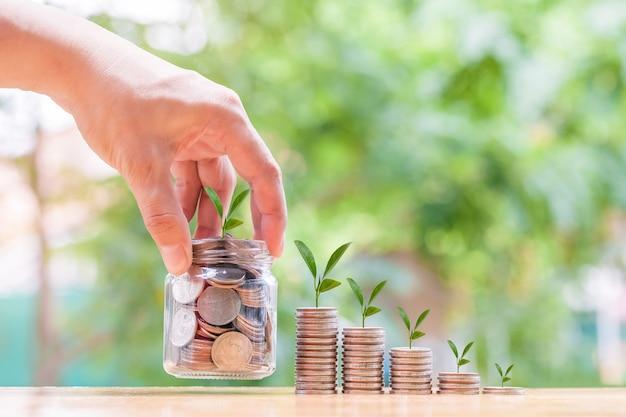 O conceito de economizar dinheiro com pilha de dinheiro, moedas, dinheiro para o futuro businessfinancesaving