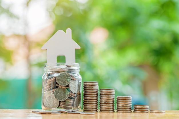 O conceito de economizar dinheiro com pilha de dinheiro, moedas, dinheiro para o futuro businessfinancesavingprofit