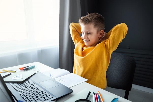 O conceito de educação on-line, educação em casa, tecnologia, quarentena, auto-isolamento.