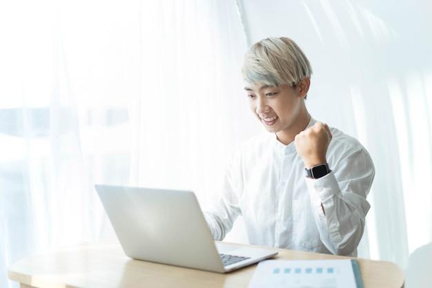 O conceito de empreendedor é um jovem freelancer de sucesso em negócios online após sua tentativa de gerenciá-lo por um curto período de tempo.