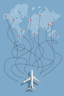 O conceito de escolher um voo para diferentes países no mapa mundial de avião.