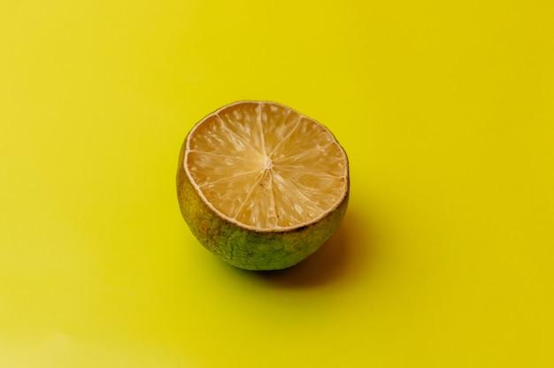 O conceito de frutas feias e frutas cítricas. metade do limão fatiado secou, deteriorou