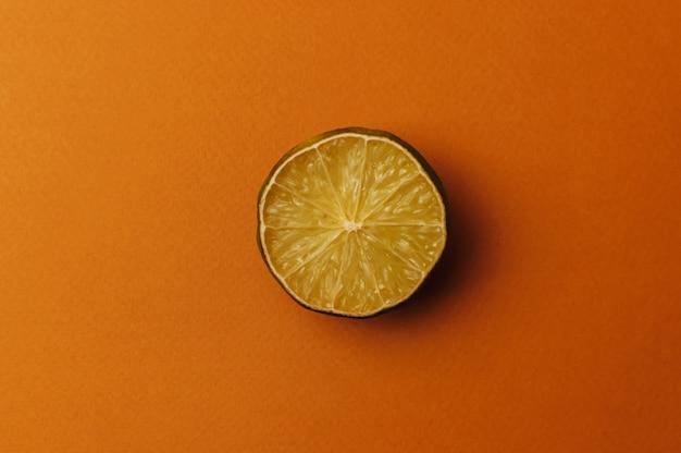 O conceito de frutas feias e frutas cítricas.
