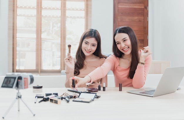 O conceito de influenciador de blogueiras de beleza é usar câmeras para gravar e transmitir ao vivo para redes sociais no uso de cosméticos como um novo negócio na era do novo normal.
