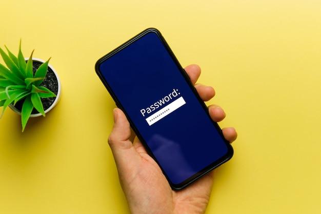 O conceito de inserir uma senha em uma tela de smartphone por uma pessoa.