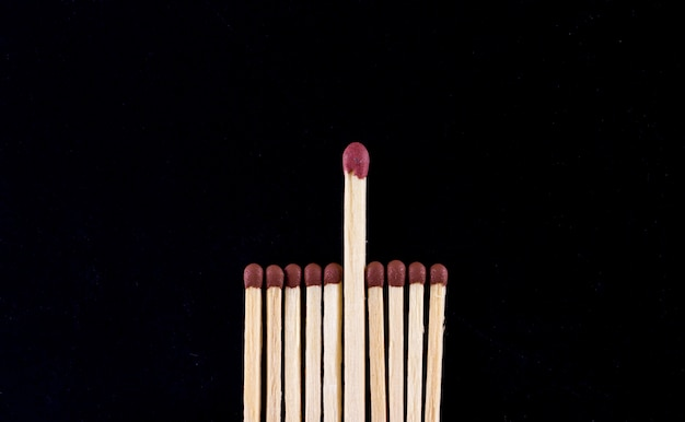 O conceito de liderança. combina em um fundo preto