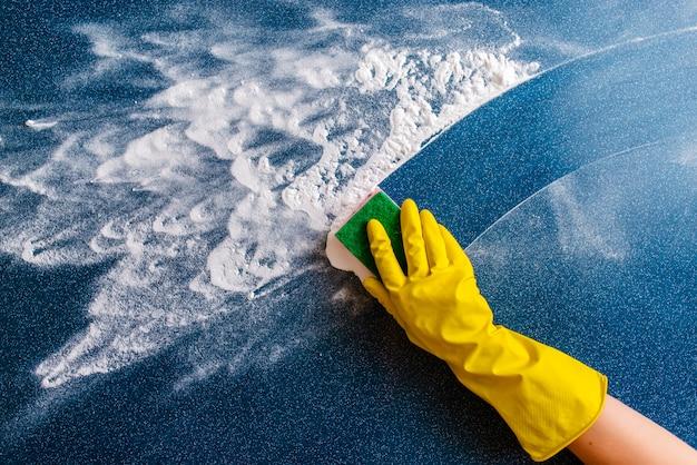 O conceito de limpeza da casa, limpando manchas e poeira.