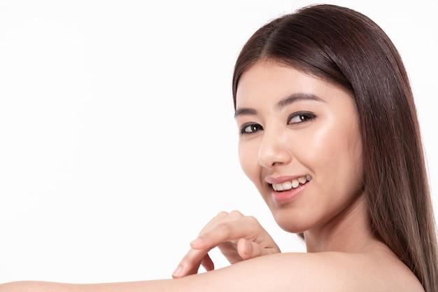 O conceito de mulher bonita e saudável. lindas mulheres cuidam da saúde da pele