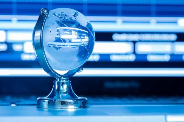 O conceito de negócio do mundo do vidro em um laptop