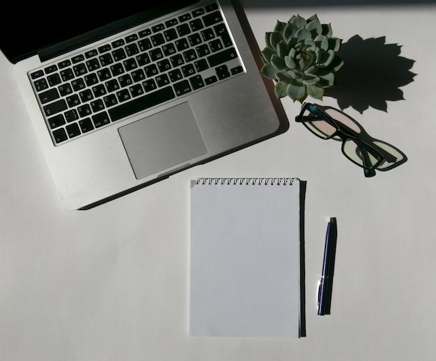 O conceito de notebook desktop laptop e café