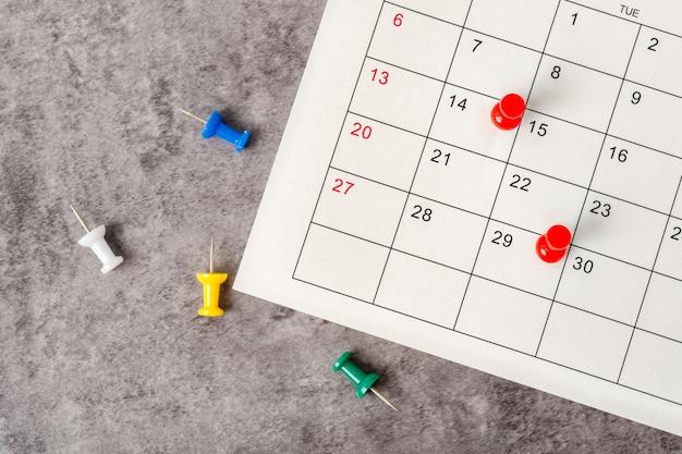 O conceito de planejamento e prazo com tachinha na data do calendário.
