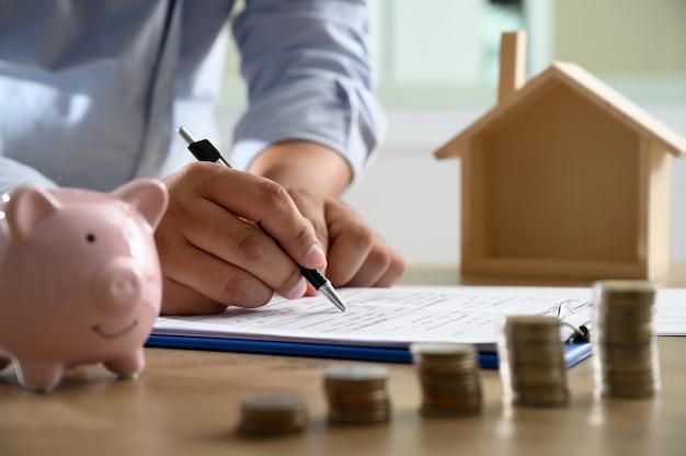 O conceito de propriedade de casa pessoas de negócios negociando um contrato é aqui que você precisa assinar