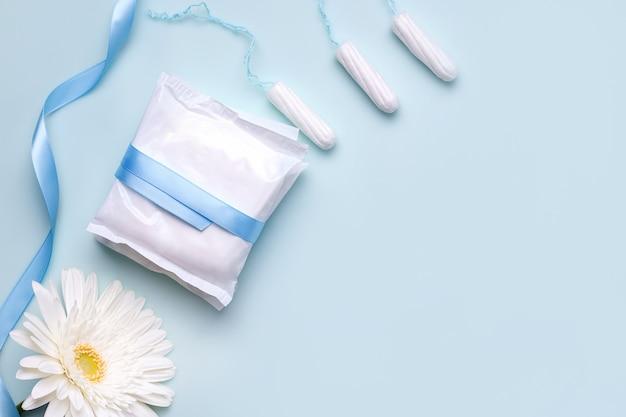 O conceito de proteção durante a menstruação. protetores de calcinha e tampões.