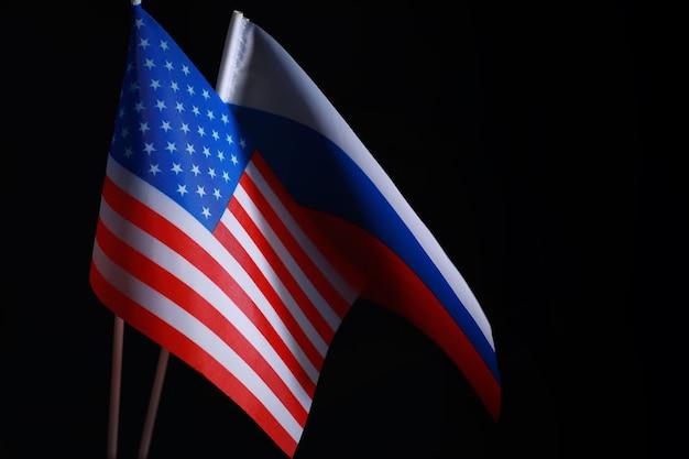 O conceito de relações diplomáticas. bandeira dos estados unidos da américa e da federação russa. pressão de sanções na política.