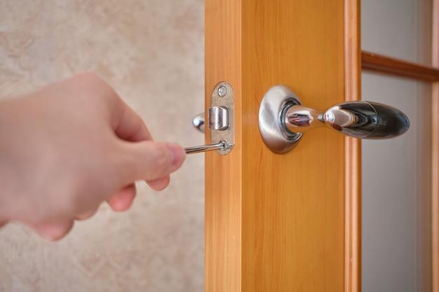 O conceito de reparar uma porta e uma fechadura em uma casa.