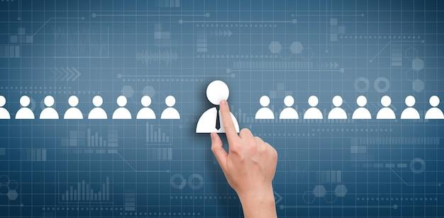 O conceito de selecionar um funcionário entre outros candidatos em um display digital abstrato.