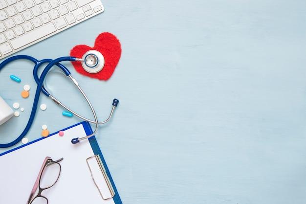 O conceito de tratamento de doenças cardíacas. estetoscópio e atributos médicos.