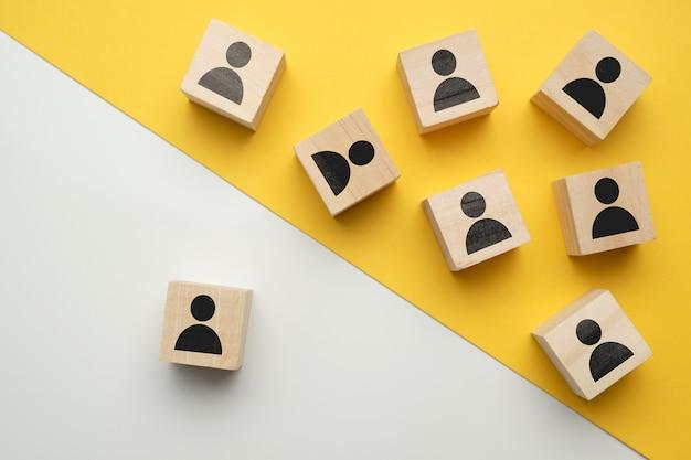 O conceito de treinamento de funcionários, funcionários - blocos de madeira com pessoas abstratas.