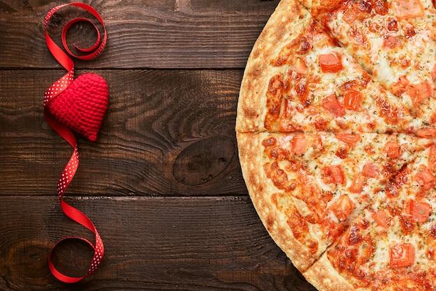 O conceito de um banner de publicidade para pizza de dia dos namorados como um presente com espaço para texto